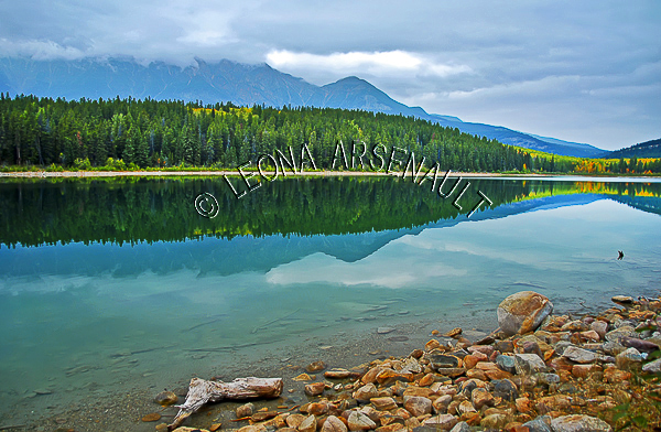 CANADA;ALBERTA;JASPER NATIONAL PARK;PATRICIA LAKE;LAKE;WATER;FALL;ROCKS;WATERSCAPE;LANDSCAPE;SCENIC;HORIZONTAL