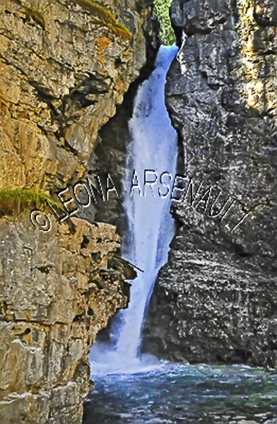 CANADA;ALBERTA;BANFF NATIONAL PARK;JOHNSTON CANYON;WATER;ROCKS;STREAMS;WATERFALLS;LIMESTONE;FLUID;FLOW;WATERSCAPE;VERTICAL