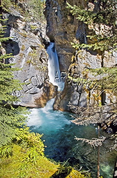 CANADA;ALBERTA;BANFF NATIONAL PARK;JOHNSTON CANYON;ROCKS;WATER;WATERFALL;FLOW;FLUID;STREAMS;LIMESTONE;WATERSCAPE;VERTICAL