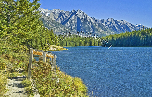 CANADA;ALBERTA;BANFF NATIONAL PARK;CANADIAN ROCKIES;ROCKY MOUNTAIN;JOHNSON LAKE;LAKES;WATER;LANDSCAPE;WATERSCAPE;SCENIC;HORIZONTAL