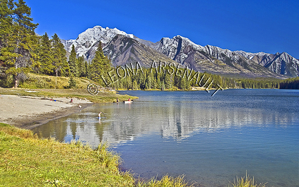 CANADA;ALBERTA;BANFF NATIONAL PARK;CANADIAN ROCKIES;ROCKY MOUNTAIN;JOHNSON LAKE;LAKES;WATER;BEACHES;REFLECTIONS;WATERSCAPE;LANDSCAPE;SCENIC;HORIZONTAL
