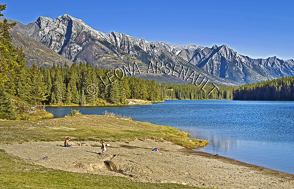 CANADA;ALBERTA;BANFF NATIONAL PARK;CANADIAN ROCKIES;ROCKY MOUNTAIN;JOHNSON LAKE;LAKES;BEACHES;WATER;LANDSCAPE;SCENIC;WATERSCAPE;HORIZONTAL