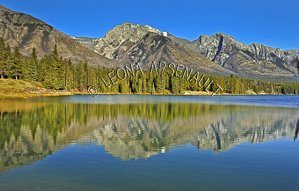 CANADA;ALBERTA;BANFF NATIONAL PARK;CANADIAN ROCKIES;ROCKY MOUNTAIN;JOHNSON LAKE;LAKE;ROCKS;WATER;REFLECTIONS;WATERSCAPE;LANDSCAPE;SCENIC;HORIZONTAL