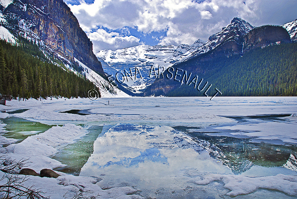 CANADA;ALBERTA;BANFF NATIONAL PARK;ROCKY MOUNTAIN;CANADIAN ROCKIES;LAKE LOUISE;SNOW;WATER;REFLECTIONS;LAKES;FALL;WATERSCAPE;LANDSCAPE;SCENIC;HORIZONTAL
