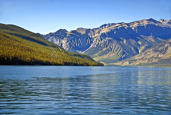 CANADA;ALBERTA;MINNEWANKA LAKE;CANADIAN ROCKIES;ROCKY MOUNTAINS;MOUNTAINS;WATER;LAKES;SUMMER;WATERSCAPE;LANDSCAPE;SCENIC;HORIZONTAL