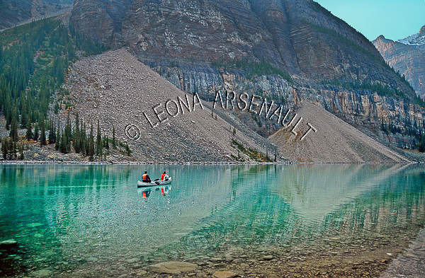 CANADA;ALBERTA;CANADIAN ROCKIES;ROCKY MOUNTAINS;BANFF NATIONAL PARK;MORAINE LAKE;LAKES;MOUNTAINS;WATER;CANOES;CANOEING;REFLECTIONS;SUMMER;WATERSCAPE;LANDSCAPE;SCENIC;HORIZONTAL