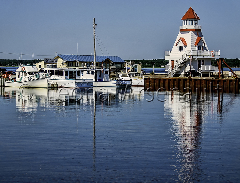 CANADA;NEW BRUNSWICK;SHEDIAC;LIGHTHOUSE;WHARF;HORIZONTAL;WATER;BOATS;REFLECTION;