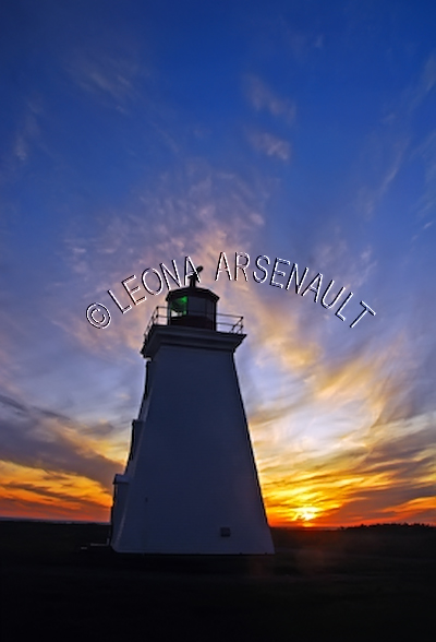 CANADA;PRINCE EDWARD ISLAND;PRINCE COUNTY;CAP-EGMONT;LIGHTHOUSES;SUNSETS;SILHOUETTES;DUSK;SPRING;NAUTICAL;LANDSCAPE;NIGHTSCAPE;VERTICAL
