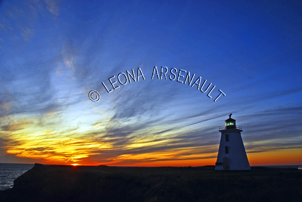 CANADA;PRINCE EDWARD ISLAND;PRINCE COUNTY;CAP-EGMONT;LIGHTHOUSES;SILHOUETTES;NAUTICAL;SUMMER;SUNSETS;DUSK;LANDSCAPE;NIGHTSCAPE;HORIZONTAL
