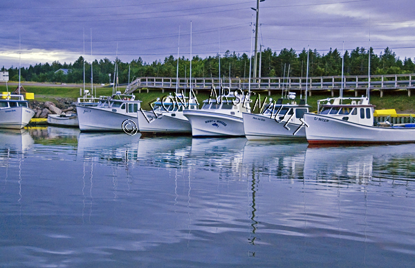 CANADA;PRINCE EDWARD ISLAND;PRINCE COUNTY;SEACOW POND;BOATS;FISHING BOATS;BRIDGES;WATER;HARBOURS;PIERS;WHARFS;REFLECTIONS;NAUTICAL;SUMMER;SEASCAPES;SCENIC;HORIZONTAL