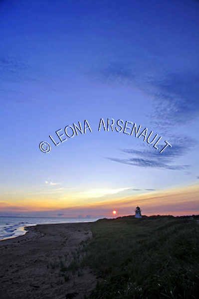 CANADA;PRINCE EDWARD ISLAND;QUEEN'S COUNTY;COVEHEAD LIGHTHOUSES;PRINCE EDWARD ISLAND NATIONAL PARK;PARKS;LIGHTHOUSES;SILHOUETTES;NAUTICAL;SUMMER;SUNRISES;WATERSCAPE;LANDSCAPE;VERTICAL
