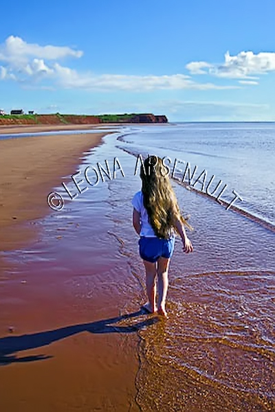 CANADA;PRINCE EDWARD ISLAND;PRINCE COUNTY;MAXIMEVILLE;BEACH;CHILD;CLIFFS;SAND;SUMMER;RED SOIL;WATER;SEASCAPE;SCENIC;VERTICAL