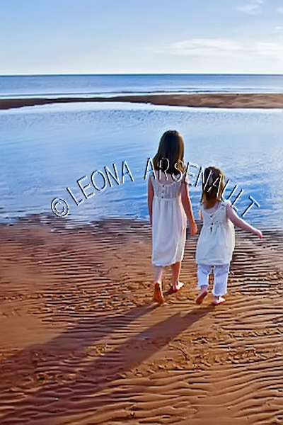 CANADA;PRINCE EDWARD ISLAND;PRINCE COUNTY;MAXIMEVILLE;BEACHES;SAND;SUMMER;RED SOIL;WATER;CHILDREN;WATERSCAPE;SCENIC;VERTICAL
