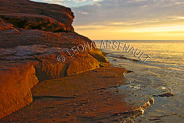 CANADA;PRINCE EDWARD ISLAND;PRINCE COUNTY;MAXIMEVILLE;BEACHES;SUMMERS;RED SOIL;WATER;CLIFFS;SUNSETS;DUSK;WATERSCAPE;SCENIC;HORIZONTAL