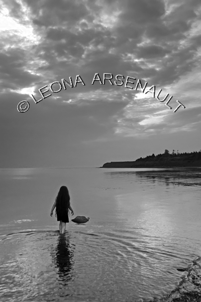 CANADA;PRINCE EDWARD ISLAND;PRINCE COUNTY;CAPE EGMONT;BLACK AND WHITE;BEACHES;CHILDREN;PEOPLE;CLIFFS;SEASCAPE;SUMMER;WATER;VERTICAL